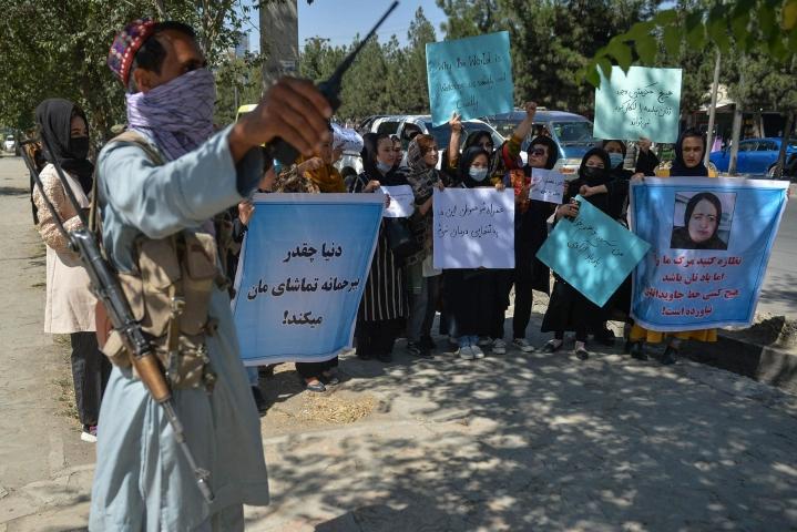 Talebanin jäsen valvoi mieltään osoittavia naisia keskiviikkona. LEHTIKUVA/AFP