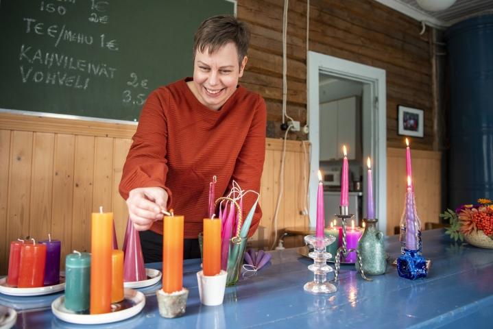 Kalevantuli-kynttiläfirman perustaja Reeta Kunelius ei enää työskentele kynttiläbisneksessä, mutta on silti kynttiläihminen ja puuhastelee kynttilöiden parissa vapaa-ajallaan.