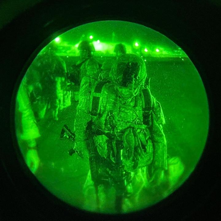 Biden perusteli Afganistan-päätöstään sillä, että valittavana oli joko lähtö maasta tai konfliktin laajeneminen. Kuvassa viimeisiä Afganistanista vetäytyviä yhdysvaltalaissotilaita Kabulin lentokentällä. LEHTIKUVA / AFP