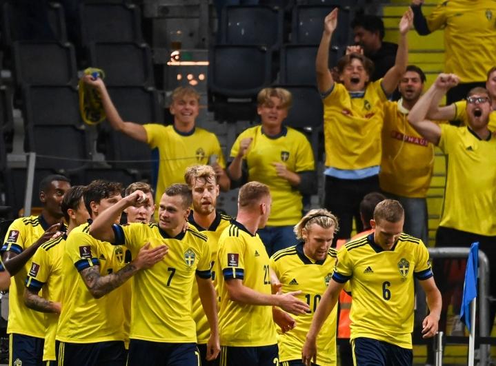 Ruotsin miesten jalkapallomaajoukkue juhlimassa maaliaan Espanja-ottelussa 2. syyskuuta. Lehtikuva/AFP