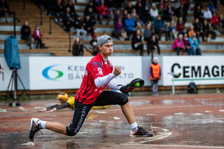 Topias Kaksonen, 16, piipahti kesällä Superpesiksessä myös KiPan lukkarin roolissa.