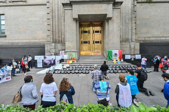 Abortinvastustajia rukoilemassa Meksikon korkeimman oikeuden rakennuksen ulkopuolella viime vuoden heinäkuussa. LEHTIKUVA/AFP