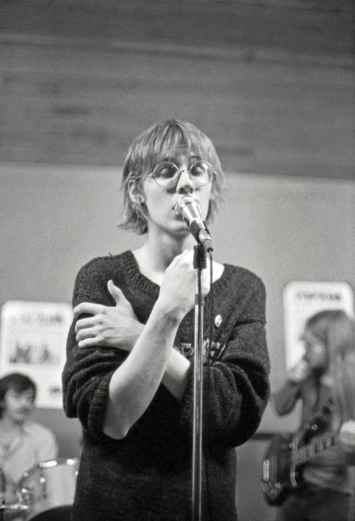 SE-yhtyeen kantava hahmo Yari oli laulajana omaperäinen ja voimakkaasti eläytyvä. Keikkakuva vuodelta 1978. Hahmoina taustalla rumpali Roy Guerra sekä basisti Erkki Okkonen.