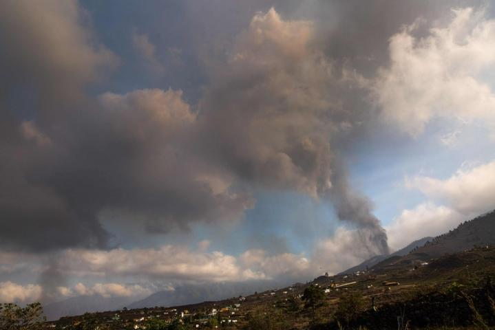 Tulivuori Cumbre Vieja alkoi purkautua viime sunnuntaina ensimmäistä kertaa pitkään aikaan. Purkauksen vuoksi yli 6000 ihmistä on jättänyt kotinsa. LEHTIKUVA / AFP