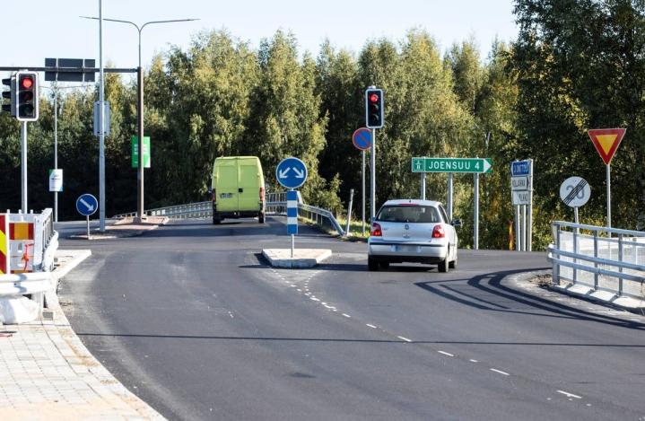 Autoilijoita on voinut eittämättä hämätä suoraan edessä olevat liikennevalot. Lisäksi uudistetun risteyksen ajoratamerkinnät puuttuvat vielä.