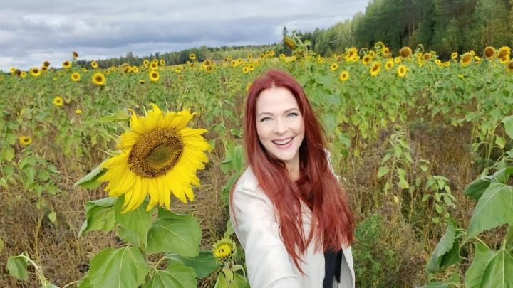 Anna Eastedenin kesä sujui erinomaisesti Suomessa. Auringonkukkapellon hän löysi Tohmajärveltä.