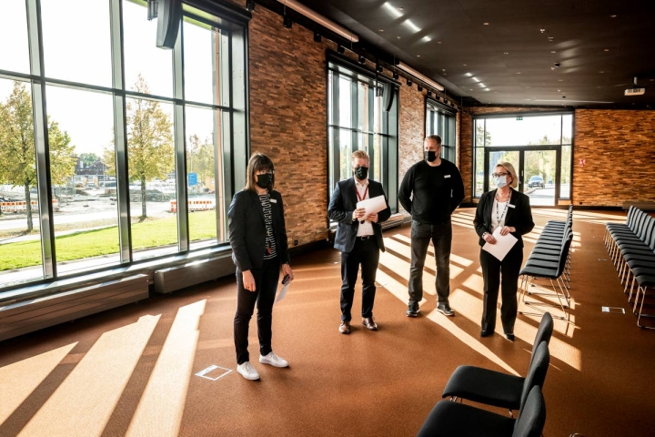 Kimmelin uuteen kokoustilaan, joka on noussut entisen parkkipaikan päälle, voi ajaa sisään vaikka auton, jos tarvetta ilmenee, kertovat PKO:n Tiina Kanninen (vas.), Jarno Pitko, Tero Turunen ja Kaija-Riitta Uusitalo.