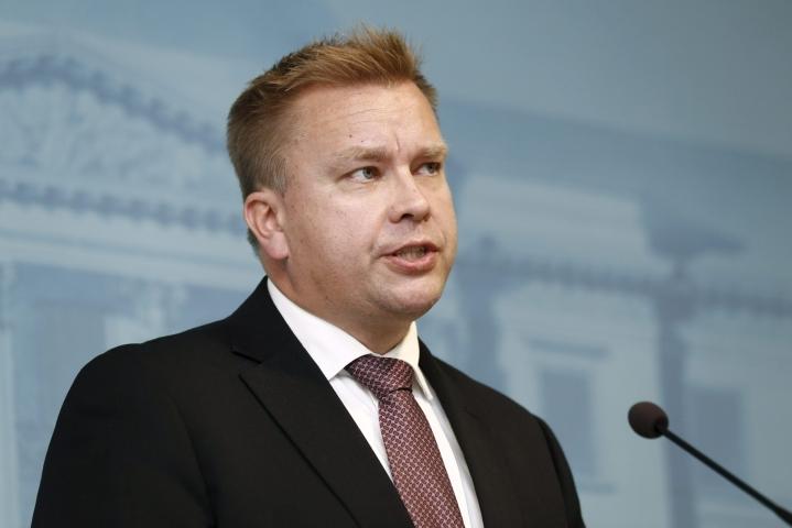 Puolustusministeri Antti Kaikkonen on todennut Suomen tarvitsevan aktiivista kyberpuolustuskykyä. LEHTIKUVA / RONI REKOMAA