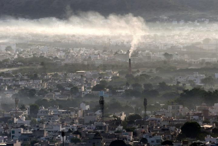 WHO kertoo, että ilmansaasteet ovat nykyään yksi suurimmista ympäristöuhista ihmisen terveydelle. LEHTIKUVA/AFP
