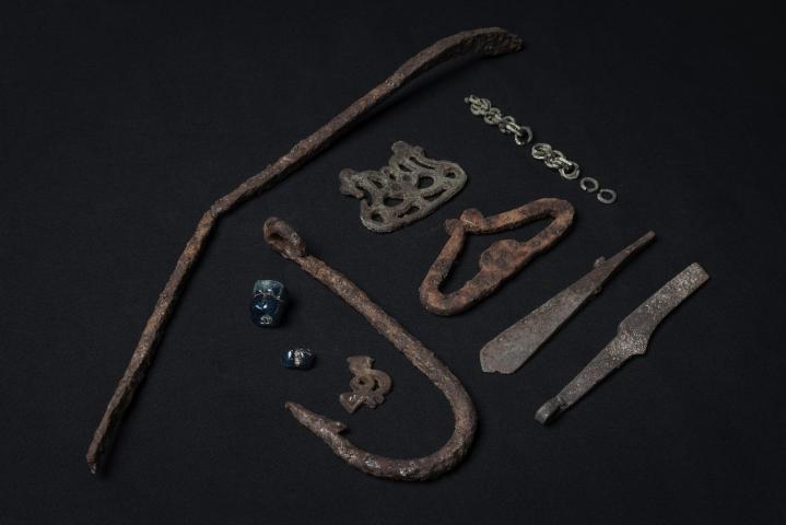 Harrastelijaryhmä löysi Savukoskelta rautaisen padan sangan, pronssiketjua, pronssisen hevosriipuksen, rautaisen veitsen ja nuolenkärjen sekä tulusraudan ja suuren rautaisen koukun. Lapin maakuntamuseon kuvaa löydöistä. LEHTIKUVA / HANDOUT / KAROLIINA PAATOS