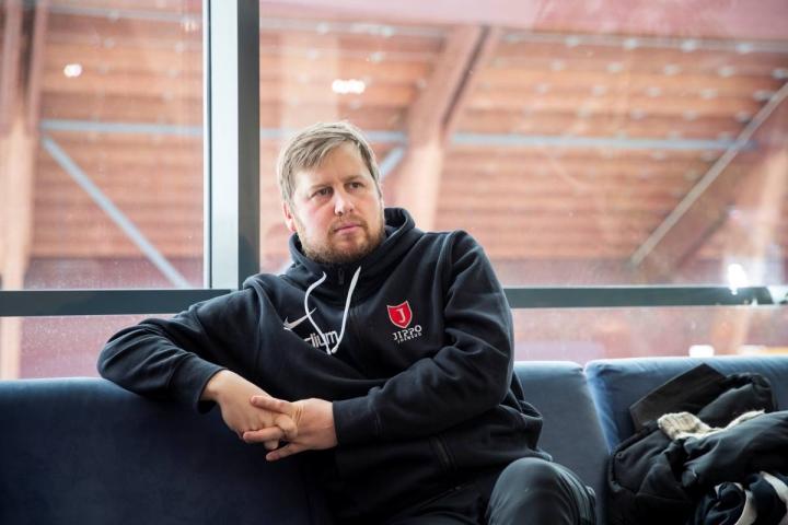 Jipon päävalmentaja Jussi Leppälahti ei ollut juttutuulella sunnuntaisen tappiopelin jälkeen. Arkistokuva.