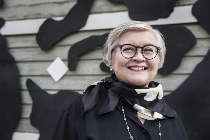 Eduskunnan puhemies Anu Vehviläinen (kesk.) kiinnittää huomiota myös kansanedustajien pukeutumiseen eduskunnan istuntosalissa.