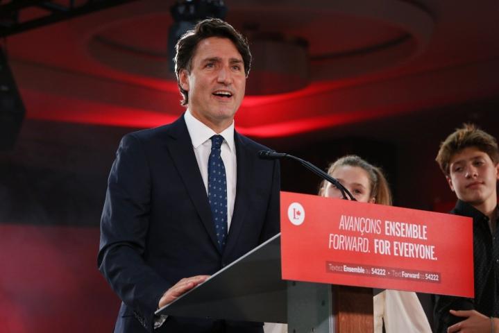 Pääministeri Justin Trudeau listasi tavoitteitaan vaalivoittoon matkalla oleva liberaalipuolueen vaalivalvojaisissa. LEHTIKUVA / AFP