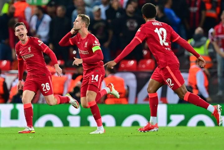 Liverpoolin Jordan Henderson (kesk.) juhlii iskemäänsä voittomaalia joukkuetoveriensa kanssa. Lehtikuva/AFP