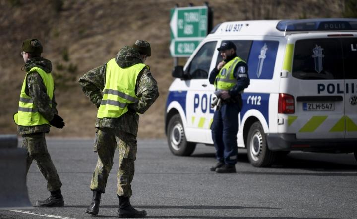 Puolustusvoimat ja poliisi ovat instituutioita, joihin suomalaiset luottavat vahvasti. Tutkimuksen mukaan suurimman luottamuksen suomalaisilta saa kuitenkin perhe. LEHTIKUVA / VESA MOILANEN