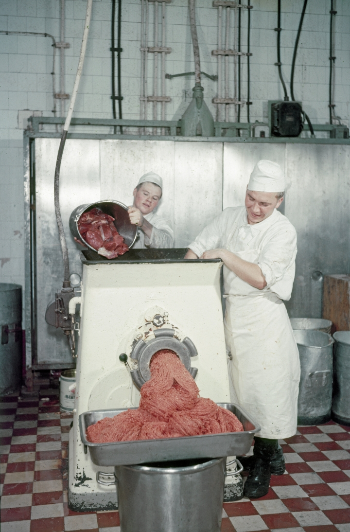 Jauhelihasta tuli suomalaiskeittiöiden kestosuosikki. Kuva vuodelta 1957.