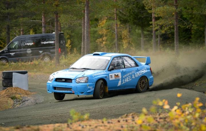JoeUA:n Markus Hassinen ajaa nelivetoisissa Vetomieskilpailussa. Kuvassa Hassinen taituroi Subaru Imprezallaan syyskuussa järjestetyssä Kiteen SM-rallisprintissä.