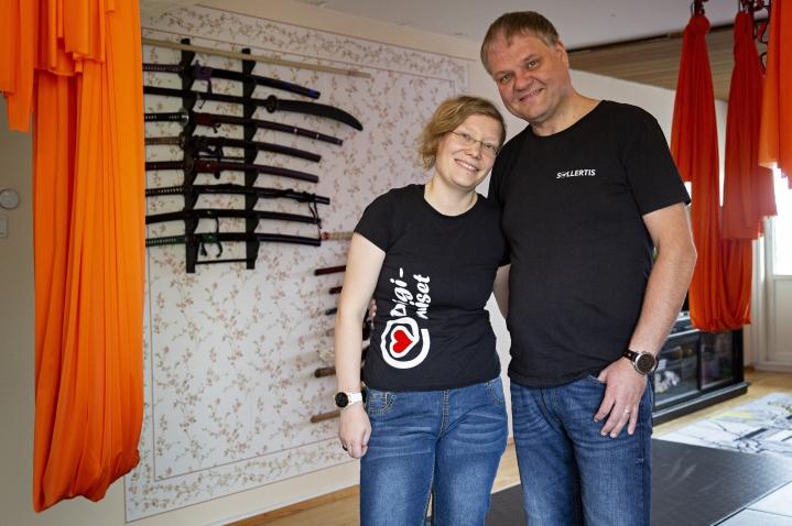 Joanna Niininen ja Mika Hoffren toteuttivat haaveensa rakentamalla tatamin ja ripustamalla ilmajoogaliinat olohuoneeseensa.