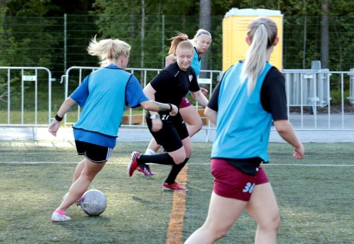 FC Hertan mustapaitainen kapteeni Netta Jaakkola kuvattuna joukkueen harjoituksissa kesäkuun alussa.