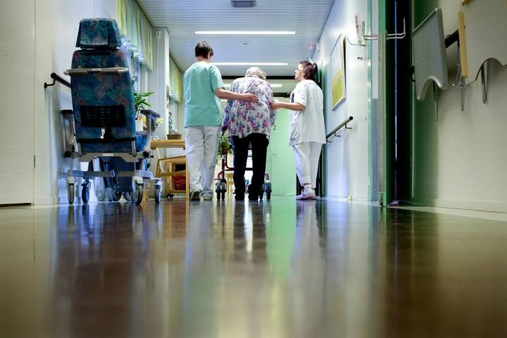 Hoiva-alalla avoimien työpaikkojen määrä oli alkuvuodesta 2,5-kertainen verrattuna vuosien 2018-20 keskiarvoon. Eniten pulaa on lähihoitajista ja sairaanhoitajista.