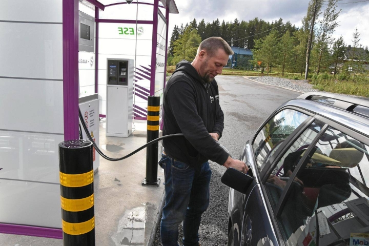 Kaasuautoilua halutaan lisätä. Jouni Nupponen tankkaamassa biokaasua Kuortissa.