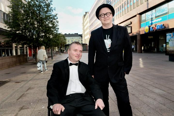 Elokuvan pääosan esittäjä Petri Poikolainen (vas.) ja ohjaaja-käsikirjoittaja Teemu Nikki osallistuivat Sokea mies, joka ei halunnut nähdä Titanicia -elokuvan kutsuvierasnäytökseen Helsingissä 31. elokuuta.  LEHTIKUVA / Mikko Stig