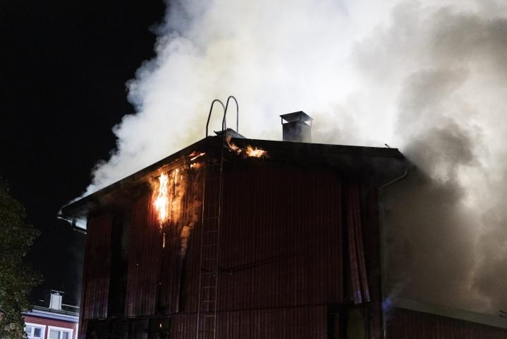 Pelastuslaitoksen mukaan palo levisi rivitalon kattorakenteisiin. Kaksi huoneistoa paloi täysin, loput kärsivät vesivahingoista. LEHTIKUVA / RONI REKOMAA