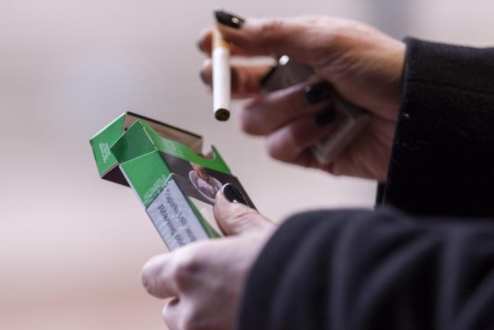 Muutoksilla pyritään vaikuttamaan etenkin siihen, etteivät nuoret eivät alkaisi käyttää tupakkatuotteita. LEHTIKUVA / Hanna Matikainen