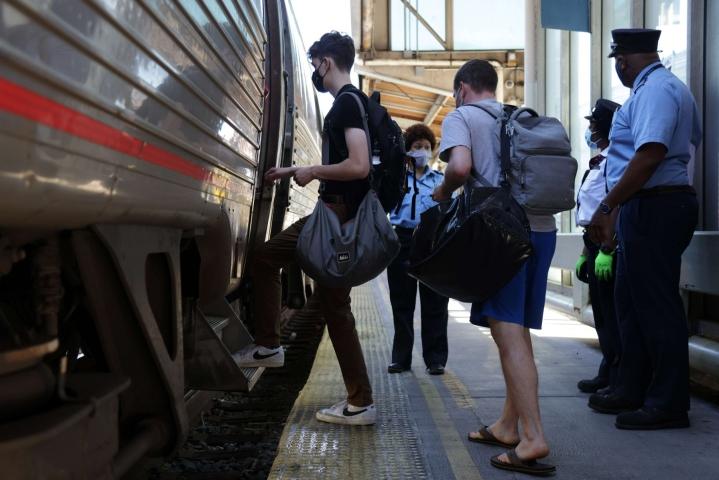 Amtrakin tiedotteen mukaan sen Empire Builder 7/27 -junan kyydissä oli noin 147 matkustajaa ja 13 junan henkilökuntaan kuuluvaa. Arkistokuvassa matkustajia nousemassa junaan 3. syyskuuta. Lehtikuva/AFP