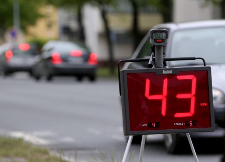 Enemmistö autoilijoista kokee vahvuudekseen nopeusrajoitusten noudattamisen taajamissa.