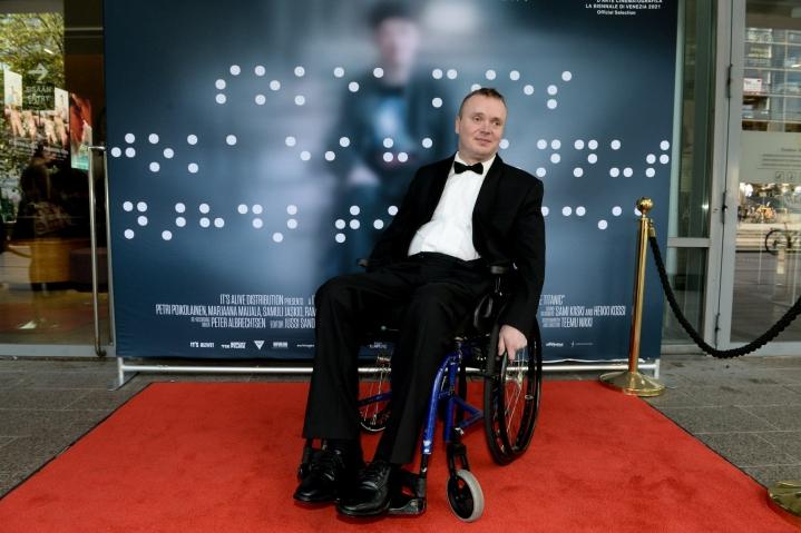 Sokea mies, joka ei halunnut nähdä Titanicia -elokuvan pääosassa nähdään Petri Poikolainen. LEHTIKUVA / MIKKO STIG