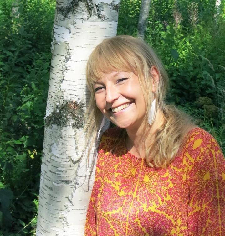 Kirjailija Piia Heikkinen haluaa tsempata ihmisiä iloisempiin ilmastotalkoisiin.
