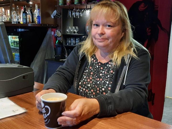 Lea Karttunen muutti Pohjois-Karjalaan kolme vuotta sitten. Nyt hän omistaa miehensä kanssa kaksi pubia. Toinen on Hammaslahdessa ja toinen Tohmajärvellä.