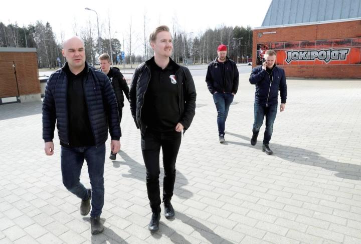 Juha Kupiainen (vas.) aloitti Joensuun Kiekko-Poikien taustayhtiön puheenjohtajana keväällä 2020, kun Mestis-seuran taustat uudistuivat. Rinnalla JoKP:n manageri Jaakko Lipponen.