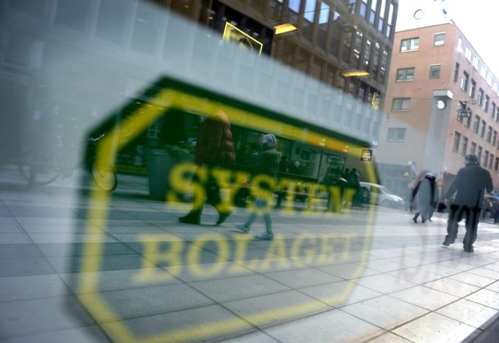 Kahdessa Systembolagetin myymälässä pääsee maksamaan itsepalvelukassalle. Lehtikuva / Timo Jaakonaho
