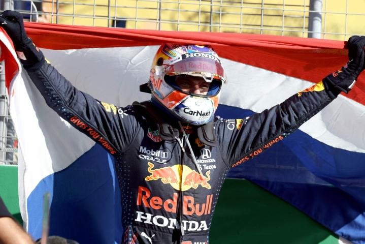 Red Bullin hollantilaistähti Max Verstappen voitti viime viikonloppuna kotikisassaan Zandvoortissa ja nousi MM-pistekärkeen ohi Mercedeksen Lewis Hamiltonin. LEHTIKUVA/AFP