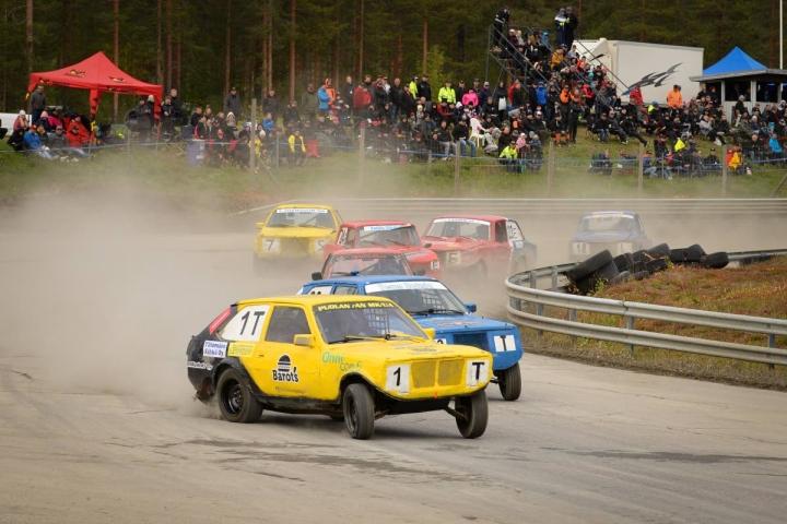 Puolankalainen Team Barot's kurvaili keltamustilla autoillaan voittoon Ylämyllyllä.