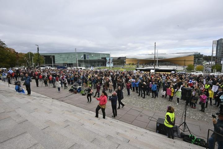 Poliisin mukaan mielenosoitukseen osallistui enimmillään noin 1300 ihmistä ja mielenosoitus sujui rauhallisesti. LEHTIKUVA / Markku Ulander