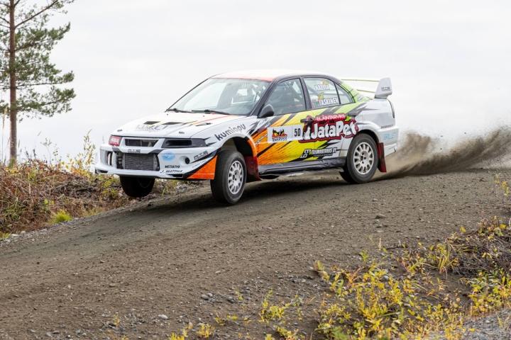 Mäntsälän Moottorikerhon Tuukka Hallia piti Mitsubishi Lancerillaan kovinta vauhtia rallisprintin Kiteen SM-osakilpailussa.