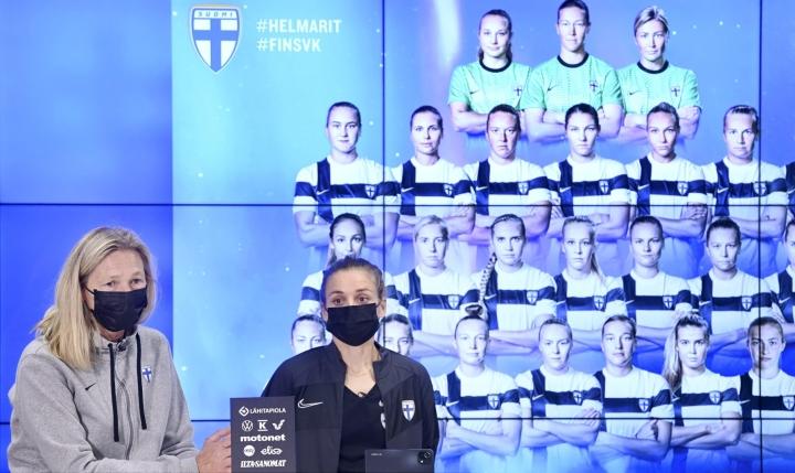 Päävalmentaja Anna Signeul ja Essi Sainio Suomen naisten jalkapallon maajoukkueen eli Helmareiden mediatilaisuudessa Helsingissä. LEHTIKUVA / HEIKKI SAUKKOMAA