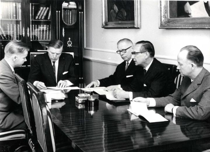Pohjois-Karjalan valtuuskunta jättämässä ehdotustaan korkeakoulusta pääministeri Johannes Virolaiselle vuonna 1965.