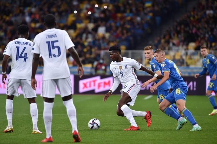 Ranskan Paul Pogba ja Ukrainan Vitalij Mykolenko kamppailevat pallosta MM-karsintaottelussa. Lehtikuva/AFP