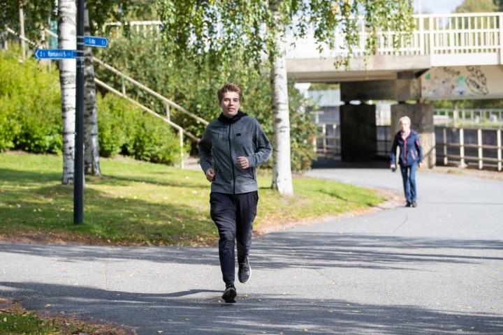 Fysiikkaa Itä-Suomen yliopistossa opiskeleva Milon Murtonen lenkkeilee usein joen rannassa Joensuussa.