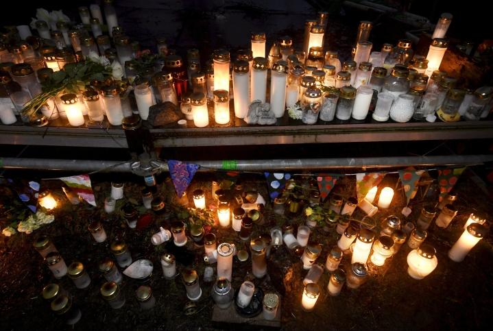 Muistokynttilöitä murhatun teinipojan ruumin löytöpaikalla Koskelan sairaalan lähistöllä Helsingissä sunnuntaina 20. joulukuuta 2020.