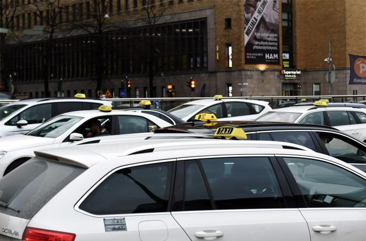 Verottajan mukaan merkittävin taksiyrittäjien laiminlyönti oli tulojen jättäminen kirjaamatta. LEHTIKUVA / EMMI KORHONEN