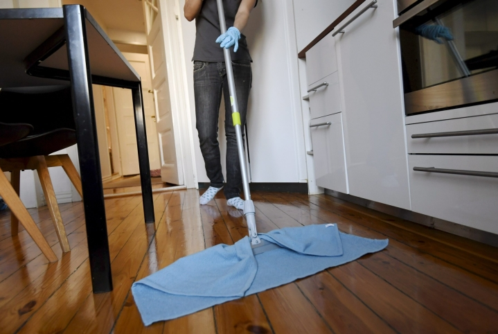Kotityöpalveluja on saatavilla Suomessa varsin laajalla skaalalla, mutta kodissa tehtävistä töistä selvästi kysytyin on yhä siivous. LEHTIKUVA / MARKKU ULANDER