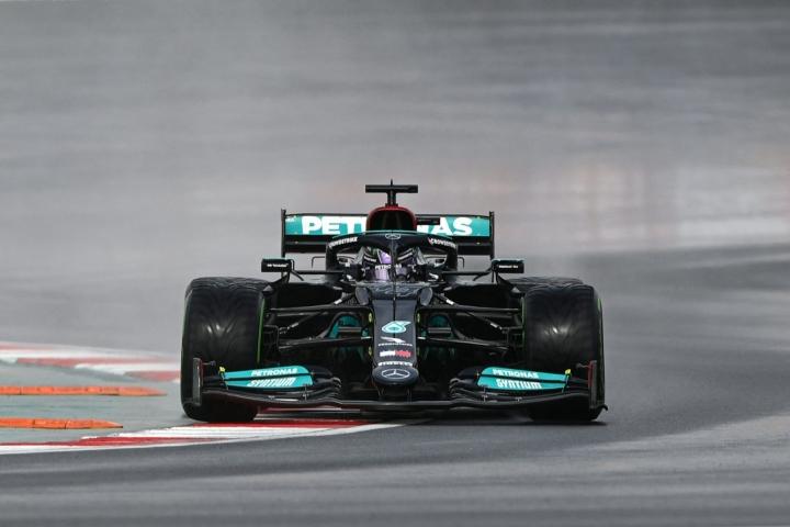 Nopeimman kierroksen aika-ajon ensimmäisessä vaiheessa kaasutteli MM-sarjaa johtava Lewis Hamilton. LEHTIKUVA / AFP