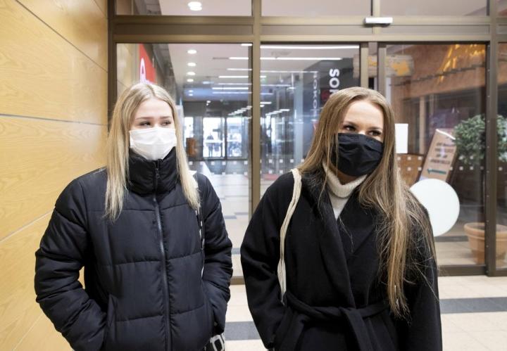 Lotta Nuutinen ja Annika Mutanen käyttävät yhä maskia. He totesivat uuden maskisuosituksen tuntuvan kuitenkin myös lohdulliselta, koska yhteiskunta on palaamassa takaisin normaalitilaan.