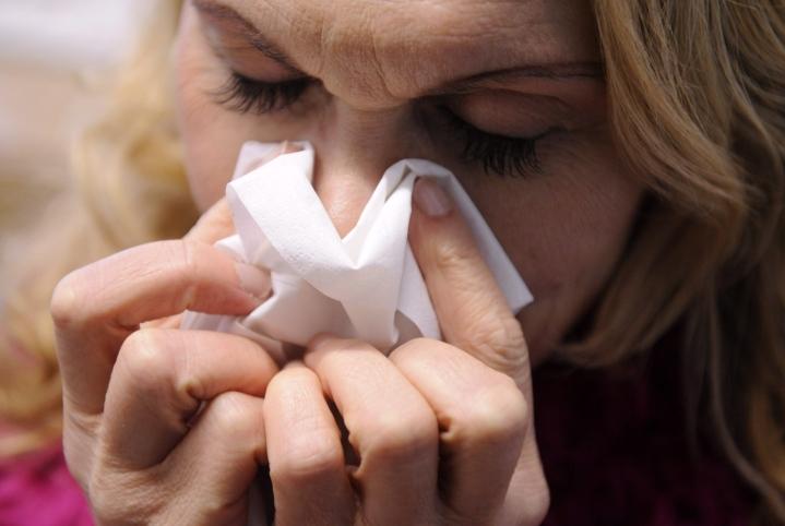Kovin pahaksi roihahtava influenssaepidemia tietäisi lisäkuormitusta terveydenhuollolle, jossa on hoidettavana koko ajan myös koronapotilaita. LEHTIKUVA / JARNO MELA