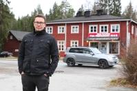 """Kolmannen sukupolven kolilainen taksiautoilija Mika Määttänen, 42, on tyytyväinen alueen kehitykseen: """"Kun Kolin kylälle tuli aiemmin arkena, niin hyvä jos kissan näki, nyt siellä on aina joku liikkeellä"""""""
